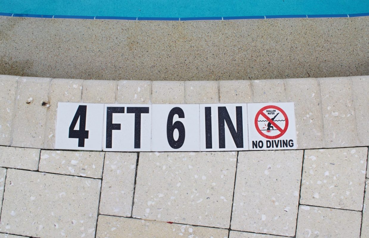 pool sign no diving
